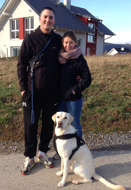 Stella und Domenic mit ihrem Hund Lenny